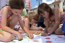 Obří mandala je společným dílem několika desítek hranických dětí. Nyní jí hrozí rostříhání.