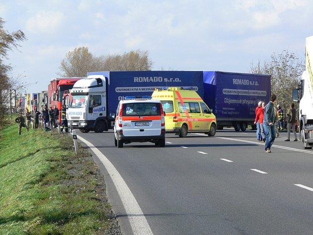 Silnici mezi Drahotušemi a Slavíčem zablokoval převrácený kamion.