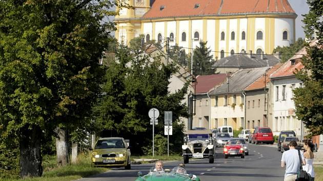 Po cestě z Dubu do Brodku, která byla zrekonstruována v rámci projektu PPP, se ve středu 27. srpna slavnostně projela kolona veteránů.