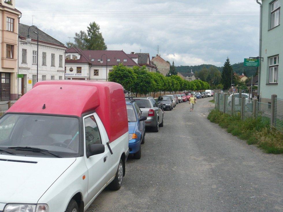 Řidiči parkují kde se dá, jen aby nemuseli platit.