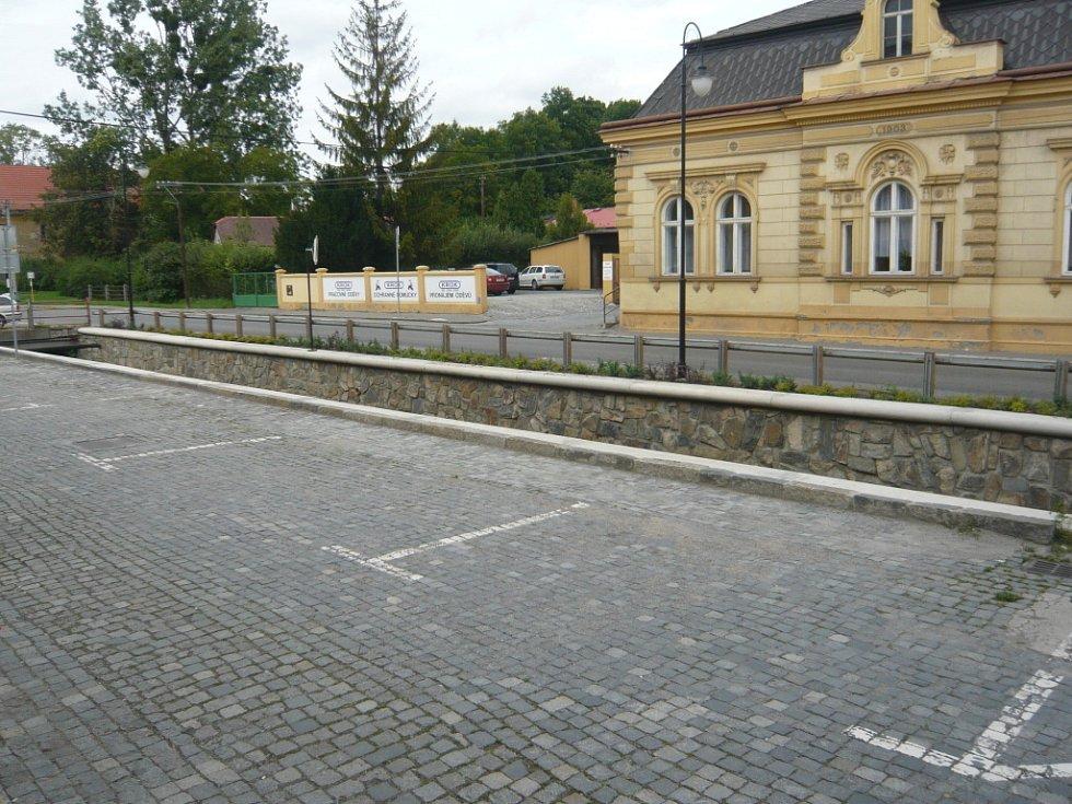 Parkoviště  pro řidiče  s předplacenými kartami zůstává prázdné.