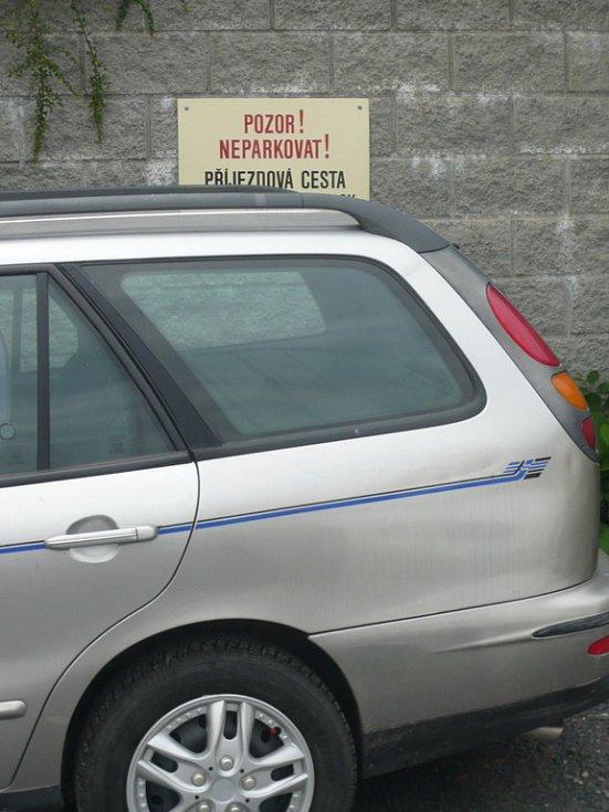 Řidiči nereagují na výzvy podnikatele, který má v centru města příjezdovou cestu.
