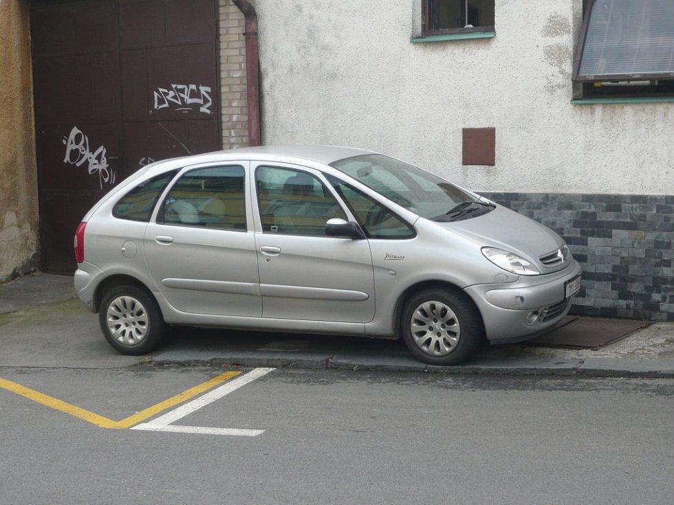 V některých případech se parkuje na chodníku.