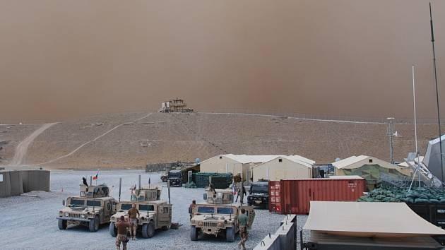 Zvířený prach provázel slabý déšť. Dohlednost byla v době bouře jen osmdesát metrů.