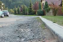 Lidé z ulice Pod Bílým kamenem nepamatují, že by zde silnice někdy opravovala. Podle toho také vypadá.