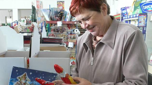 Čokoládové vánoční figurky a kolekce se už objevily v regálech prodejen.