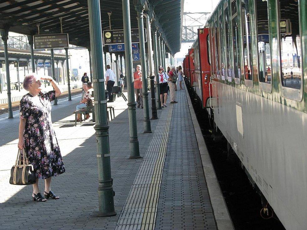 Vlak Comenius letos přijel do Bohumína včas. Po přistavení dalších vozů vlak pokračoval směrem do Prahy.