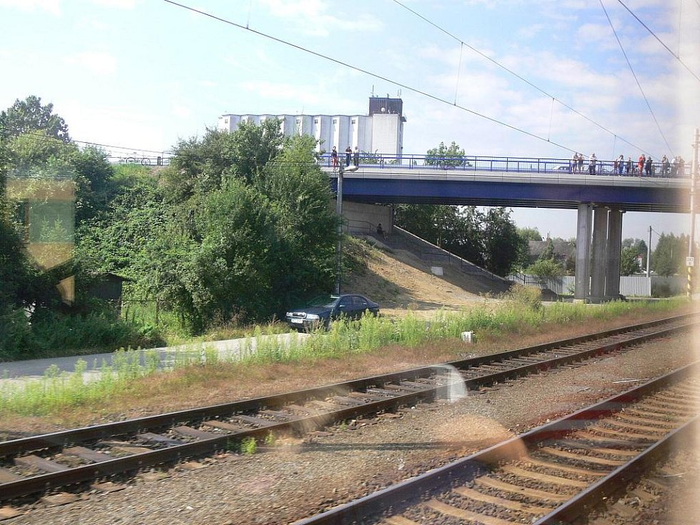 Průjezd pod loni zříceným mostem nedaleko nádraží ve Studénce.