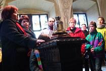 Marie Tomášková-Dytrychová (na snímku vlevo) přiblížila návštěvníkům tovačovského zámku práci světoznámé zvonařské dílny v Brodku u Přerova