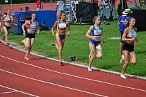 Adéla Dostálová (uprostřed) ve finále