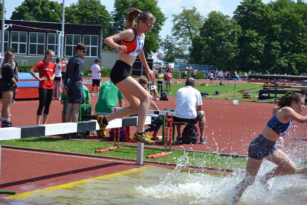 Kristýna Podjuklová (č.11) na vodním příkopu při závodě na 2000 m překážek