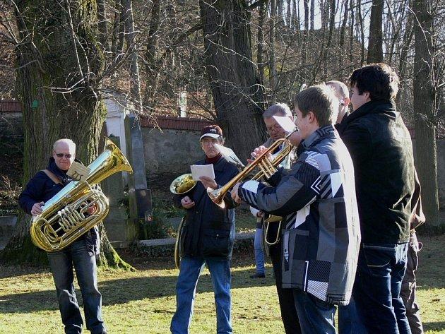 Členové žesťového kvinteta Michala Valenty na Štědrý den zahráli i u Kostelíčka.