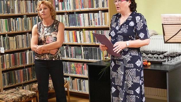Hranická spisovatelka Jaroslava Černá pokřtila v městské knihovně svůj již šestý román Přísaha.