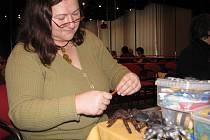 Prvního pavouka vyrobila Jana Škráčková před dvěma lety před pálením čarodějnic. Teď je dělá běžně a rozdává je svým přátelům pro radost.