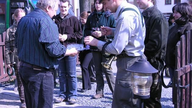 Nejen oběd, ale i kalíšek slivovice si vysloužili mladí trubači za koncert v Olšovci.