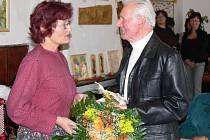 Josef Musil zanedlouho oslaví osmdesáté narozeniny, vernisáž tak byla spojena s malou oslavou.