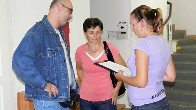 Jsou lidé spokojeni s prací hranických úředníků? S hledáním odpovědi na tuto otázku mají pomoci dotazníky, které studenti Univerzity Palackého v Olomouci předkládají klientům městského úřadu.