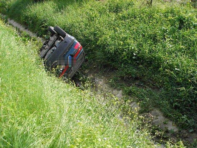Mladík zřejmě nezvládl řízení, vyjel mimo silnici a jeho auto se převrátilo na střechu do potoka.