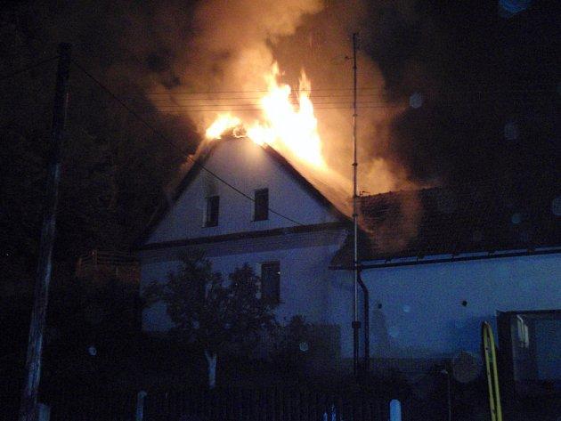Osm hasičských jednotek zasahovalo v noci na čtvrtek při požáru rodinného domu v Lipné u Potštátu.