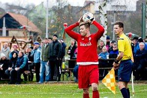 Fotbalisté Ústí (v červeném) v derby proti SK Hranice (2:0). Tomáš Orava.