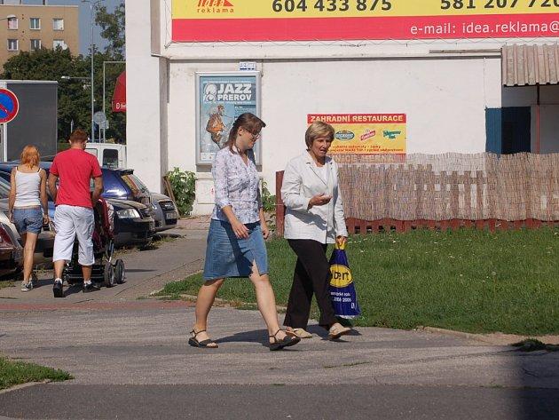 Policisté hledají svědky, kteří se 1. srpna před polednem pohybovali poblíž Koner baru v Palackého ulici v Přerově.