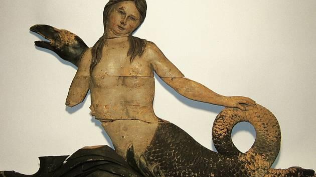 Na výstavě budou k vidění i předměty, které s obchodem souvisely, jako například poutač v podobě mořské panny.