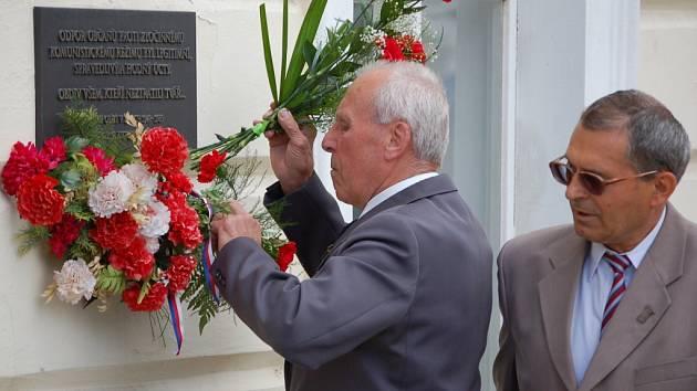 Uctili památku popravených.