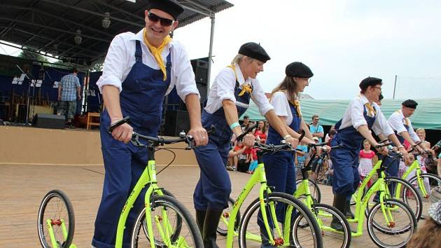 Bělotínské pivní slavnosti zpestřila i jízda členů místního JZD na koloběžkách, ke které se připojil i starosta obce Eduard Kavala.
