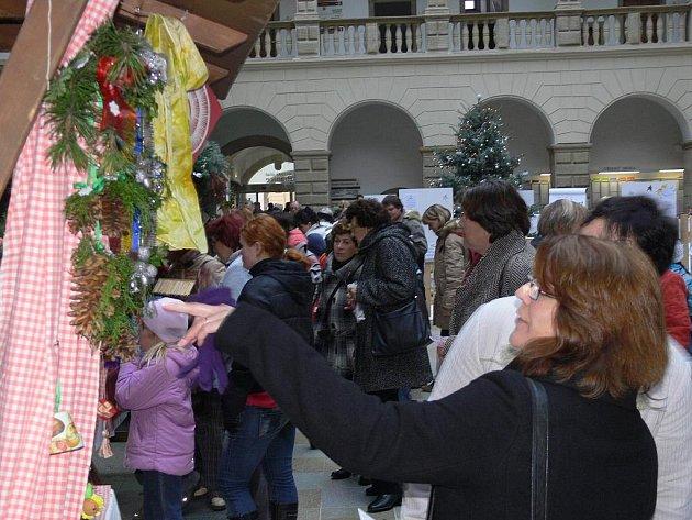Na Dětský vánoční jarmark zavítali do dvorany zámku malí i velcí.