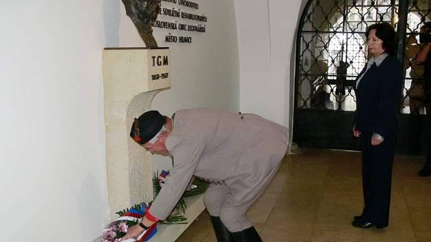 Lidé v Hranicích uctili Masarykovu památku u příležitosti 77. výročí jeho úmrtí