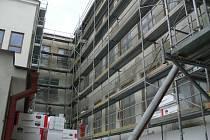 Práce na zateplení školy 1. máje začaly později, než se původně předpokládalo.