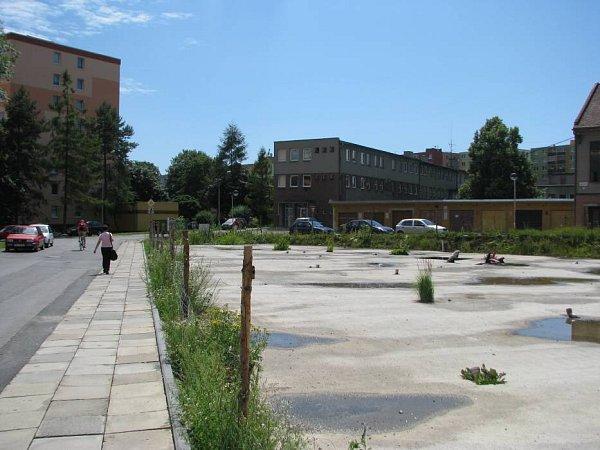 Ani po pěti letech od zahájení stavby se sprací na bytovém domě na ulici Jiřího zPoděbrad nepokročilo