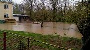 Bečva v Černotíně zaplavila pole, hřiště a pár zahrad a ohrožuje nejméně dva domy