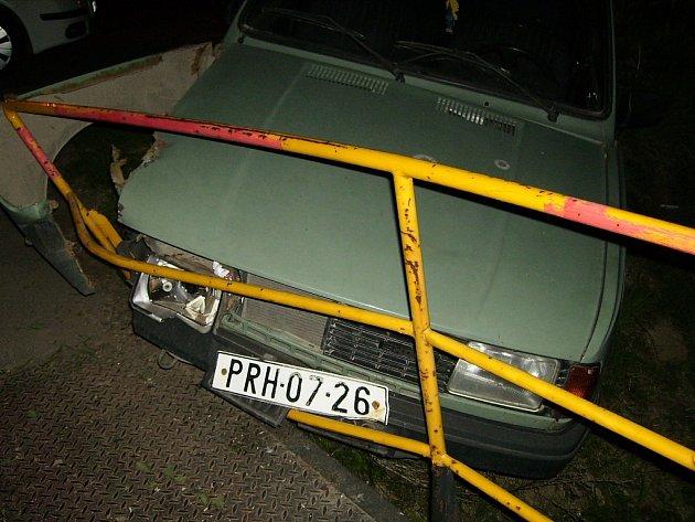 Auto se zaklínilo mezi zábradlí mostu.