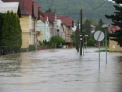 Kropáčova ulice je povodněmi nejvíce zkoušenou ulicí v Hranicích. Na špatnou kanalizaci si zde lidé stěžují řadu let. Na snímku je vidět jak vypadala Kropáčova ulice při povodních v květnu 2010.