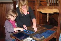 V rámci Noci kostelů si lidé v Hranicích mohli vyzkoušet, jak se tiskly knihy v dobách Gutenbergových. Ukázky v hranickém evangelickém kostele připravilo pro návštěvníky Studio bez kliky.