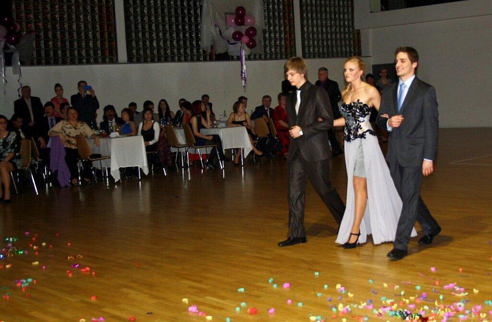 Návštěvníci plesu Soukromé střední odborné školy Hranice se přenesli do 20. let minulého století.