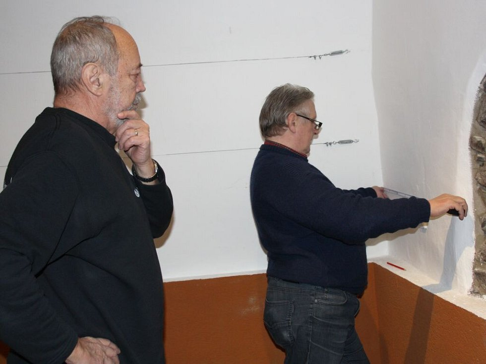 Výtvarník a pedagog Radovan Langer a Bronislav Ludmila připravují aranžmá na plánovanou výstavu