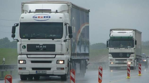 Dálniční úsek mezi Bělotínem a Hladkými Životicemi: řidiči od Ostravy musí jet v protisměru, kamiony předjíždějí kvůli zúženým pruhům jen odvážlivci.