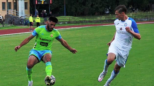 Nikolas Tilkeridis (u míče) hraje v divizi velký fotbal za Hranice. Kromě toho je ale i předsedou futsalového SK UP Olomouc.