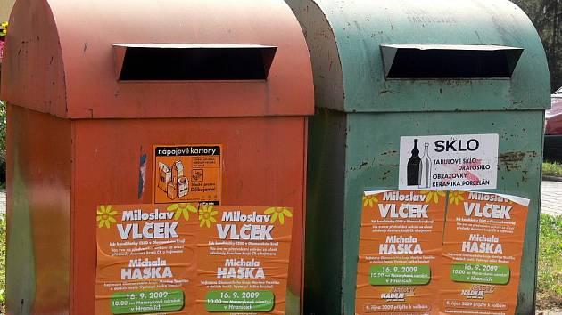 Kontejnery na tříděný odpad zdobí plakáty ČSSD.