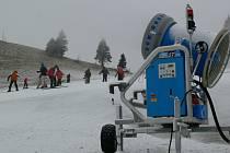 Lyžařská střediska, která mají sněhová děla, jsou ve výhodě, nemusí se spoléhat na přírodu.