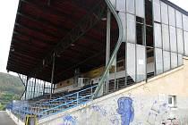 Tribuna na hranickém stadionu si žádá rekonstrukci už řadu let.