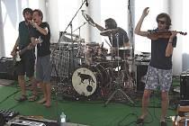 Skupina Zrní zahrála v tropickém horku Hranicím a předvedla strhující výkon.
