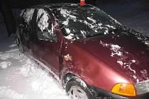 Nabouraný fiat v Bělotína, řidič utekl