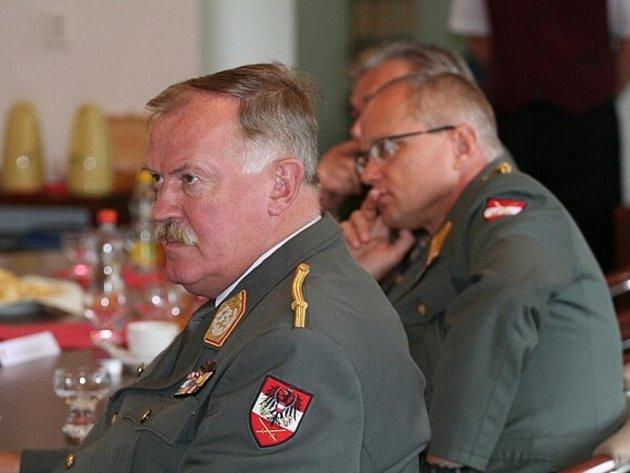 enerál Entacher a brigádní generál Reiter při briefingu velitele 7. mechanizované brigády v Hranicích
