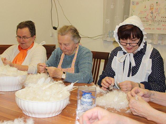 Ženy z Horních Těšic při draní peří probraly nejen recepty, ale i letošní olympiádu.