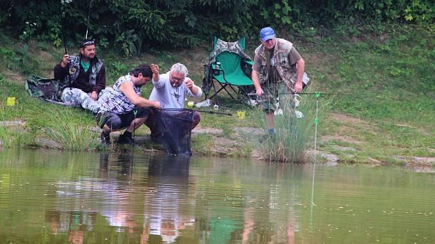 V Malhoticích pořádali rybářské závody, kterých se účastnilo přes dvě desítky rybářů.