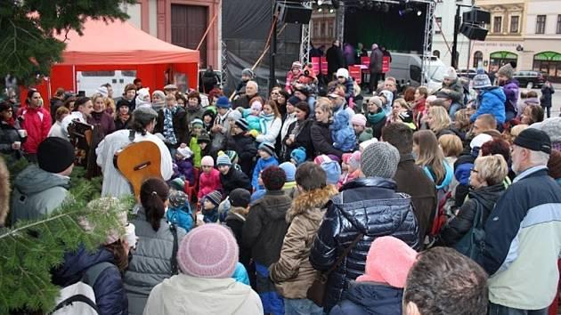 Lidové Vánoce připomněly tradiční tance, hudbu i profese. Na náměstí byla k vidění historická pražírna kávy, tiskárna pohlednic a ražba mincí. Děti i dospělé pobavilo ochotnické loutkové divadlo.