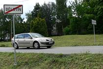 Neznámý šprýmař otočil dopravní značku, která označuje konec obce, o sto osmdesát stupňů.